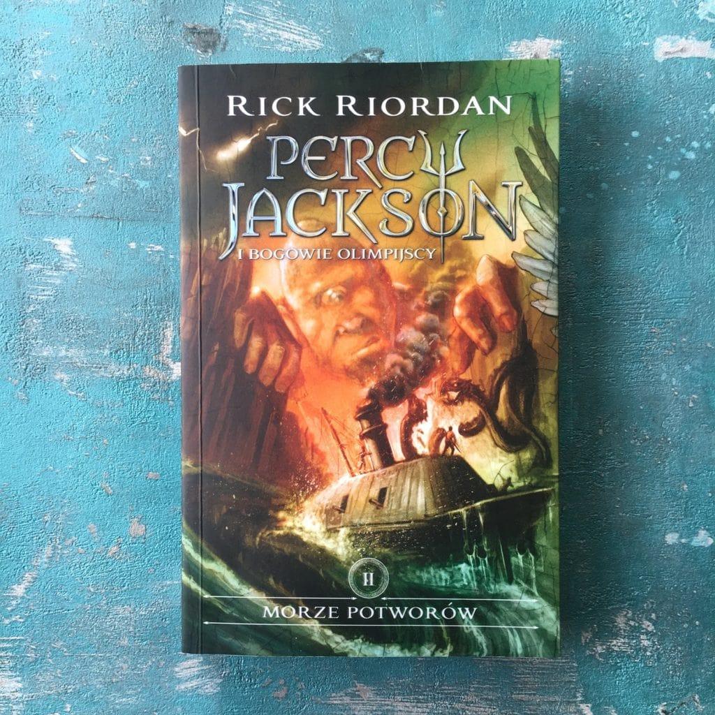 Dziś parę słów o książce Rick Riordan, Percy Jackson i bogowie olimpijscy, a konkretnie tom 2, czyli Morze potworów.
