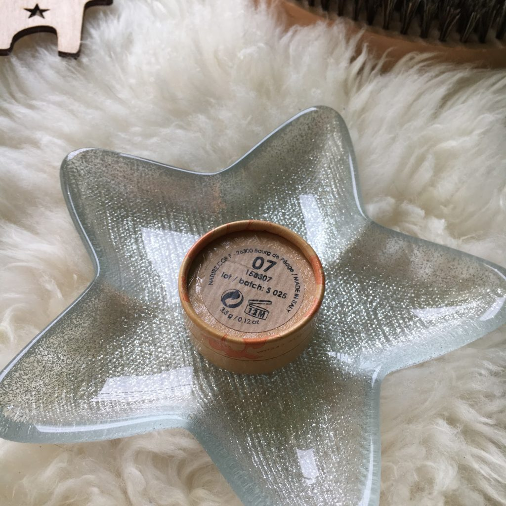 """Krem korygujący, czyli korektor Couleur Caramel w odcieniu """"Natural beige"""" 07, plus swatche."""