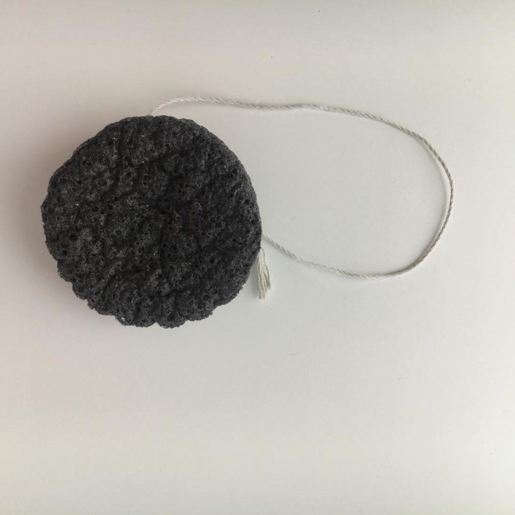 Gąbka konjac do mycia twarzy z węglem z bambusa z Beauty Formulas.